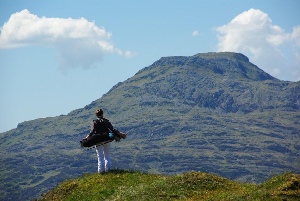 Golferin vor Panoramawand...