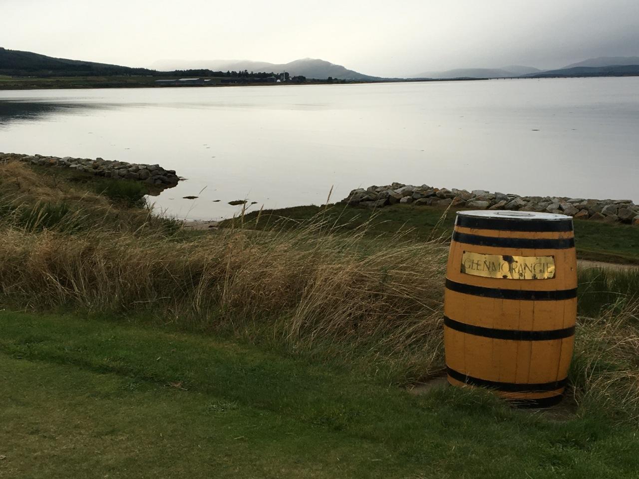 Abschlag Loch 12 mit Blick auf die bekannte Distillerie.