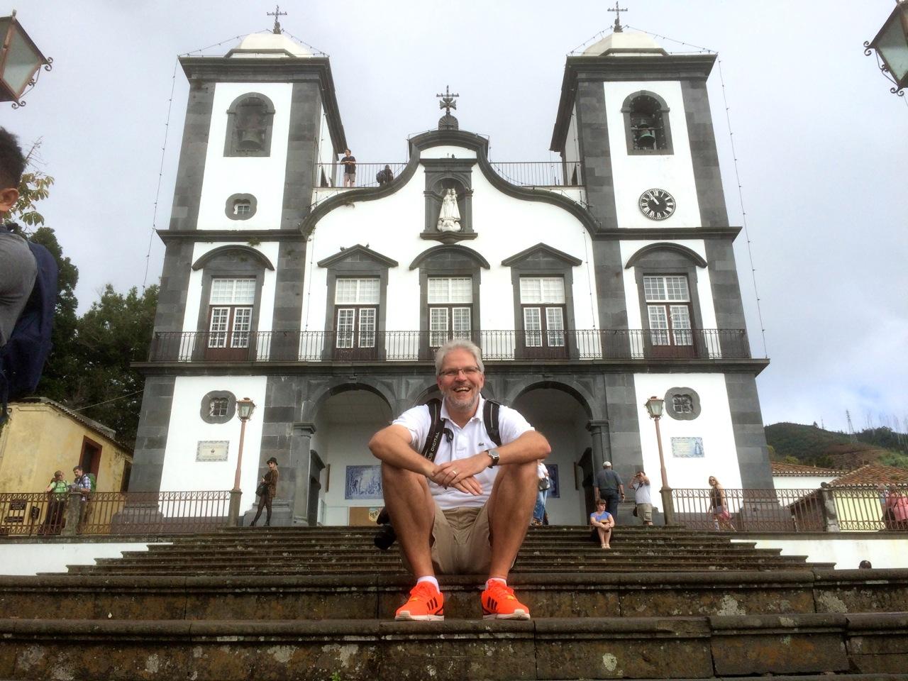 Der Reisegolfer auf den Stufen der Nossa Senhora do Monte Kirche.