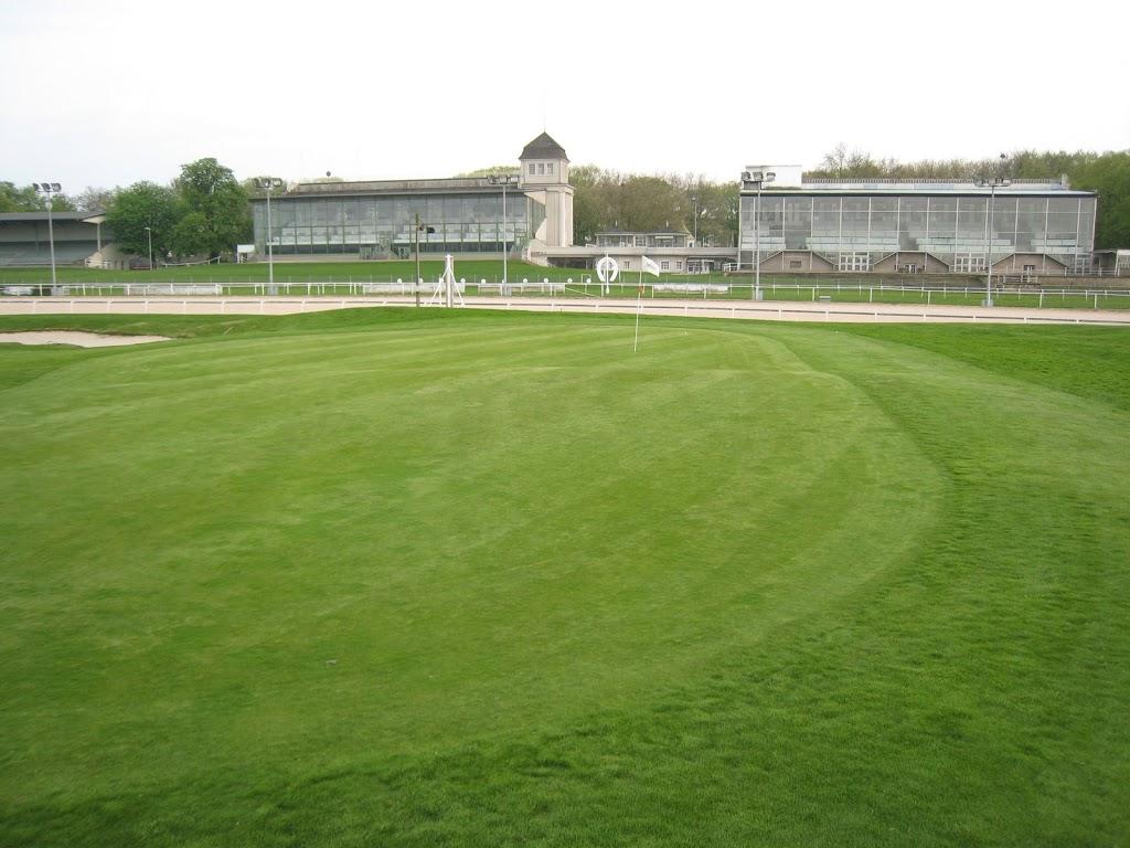 Grün Loch 9 mit Blick auf die Rennbahntribüne