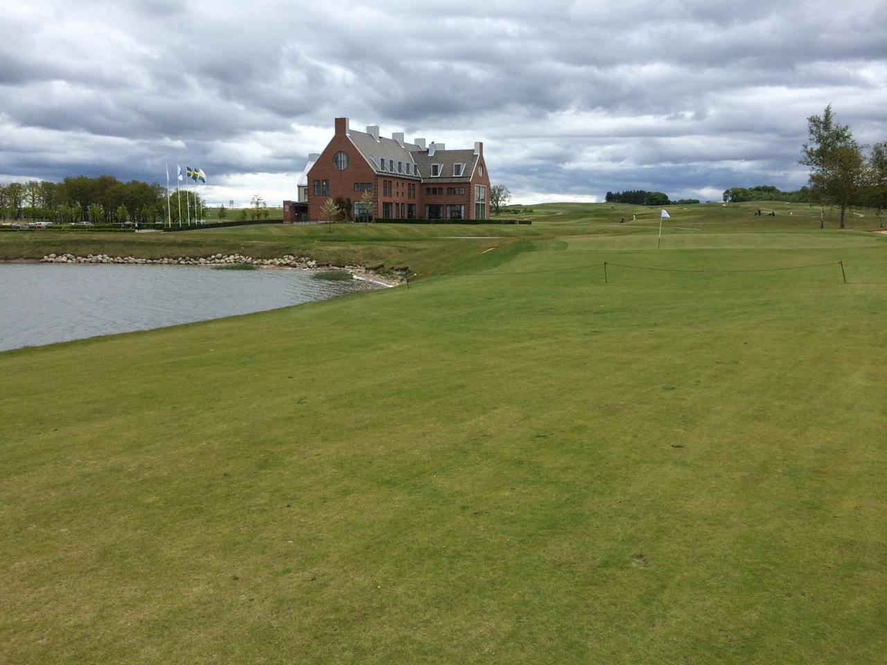 Loch 18 mit Clubhaus im Hintergrund