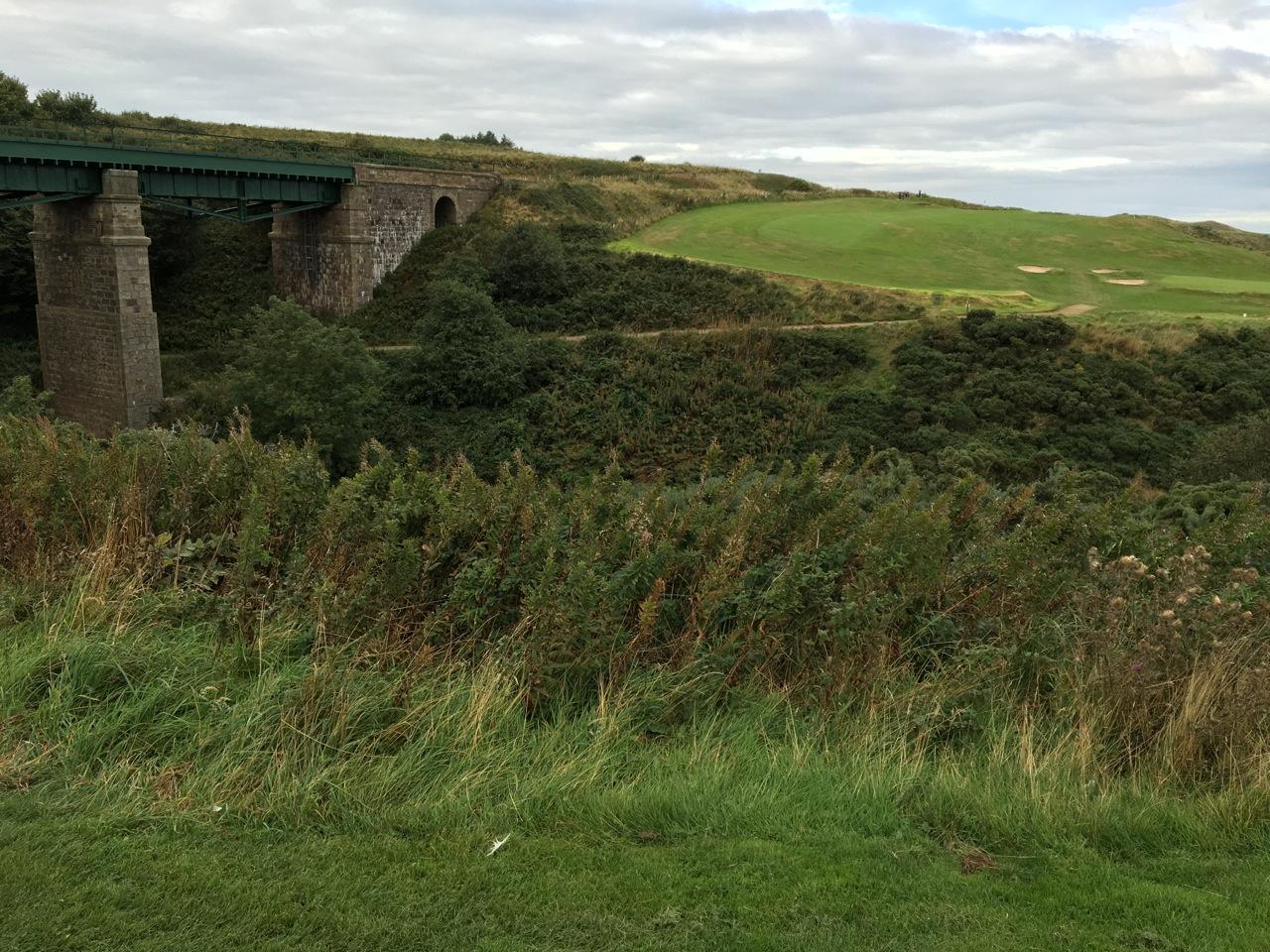 Loch 13 über den Gully