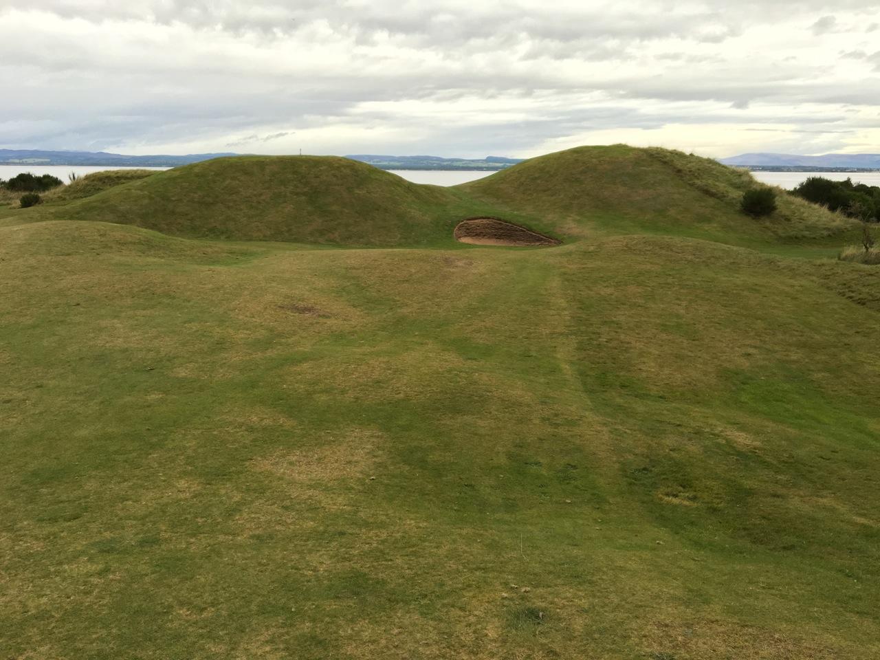 Blick vom Fairway auf die zwei Hügel von Loch 11.