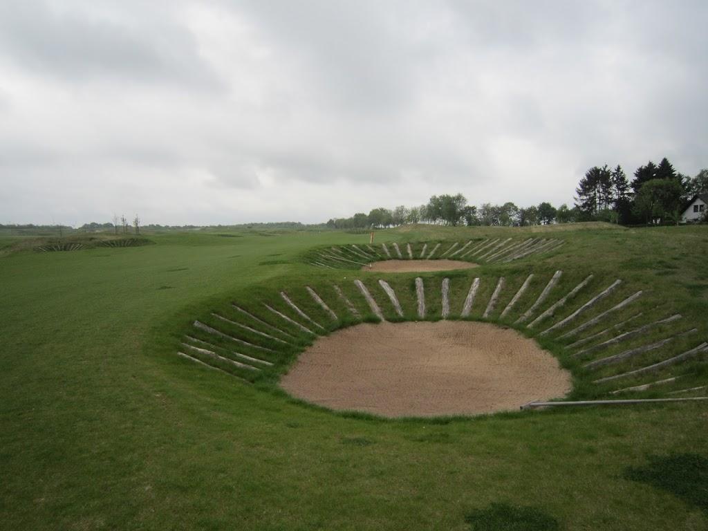 Die Bunker. Recht flach und mit Eichenstämmen ausgelegt